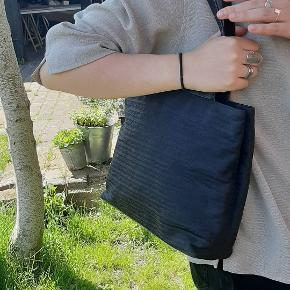 BYD! Sælger denne Prada monogram taske.  Fejler ikke noget andet end lidt rynket i læderet🏷  Tasken har flere rum inden i. Den måler ca 30 x 22 cm📏 Tasken er selvfølgelig 100% ægte  Kan sendes over Trendsales📦