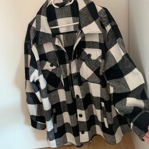 Virkelig fed oversized skjortejakke, som også sagtens kan bruges indendørs som en stor skjorte. Køber betaler porto eller henter på Amager.