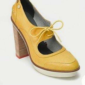 Yellow leather sky high pumps with a retro inspired lace-up and white rubber sole by Tommy Hilfiger siz.39 never used(heels 10 cm)