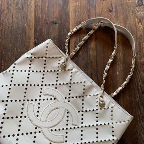 Skøn vintage Chanel-taske med plads til computer, bøger og andre praktiske ting til hverdagen. Perfekt som hverdagstaske til studie eller arbejde.   Sælges til 3500,- i en hurtig handel 😊