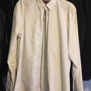Hvid skjorte fra minimum i normalt fit str XXL. Fejlkøb - for stor.  Normalpris 500kr.  Aldrig brugt den, og har hængt i en længere periode.