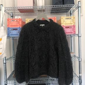 Sælger denne klassiske julliard mohair knit fra ganni, den er brugt skånsomt og fremstår flot. Bytter ikke. Og respekter min pris.