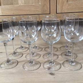 12 stk hvidvinsglas's fra Italy De er i tykt glas 17 cm høje De fleste har ikke været i brug De sælges samlet