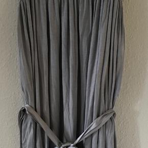 Smuk grå tung kjole med bindebånd fra Margit Brandt i str. L/40/42. Brugt 3 gange og vasket. Den måler 83 cm. BYTTER IKKE, sælges for 345 kr. inkl. porto. Se også mine andre annoncer!!!