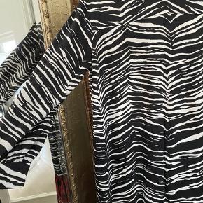 Aldrig brugt super smuk lang kjole fra Zara i str XL   afhentes i Hørsholm eller på Amager efter aftale