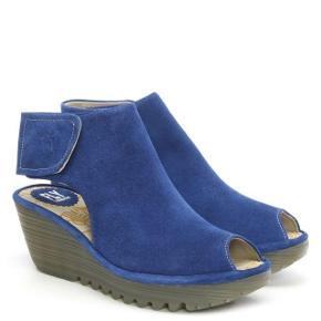 Brand: Fly London unikke i DK Varetype: sko open toe & heel Farve: Blå Oprindelig købspris: 1200 kr. Kvittering haves.  Jeg har drømt om at finde de perfekte sko i netop denne farve! Men må lede videre, da disse ikke sidder godt på mig. De duer desværre ikke til min fod, som er meget kort og bred og da jeg desuden har en meget høj vrist.  Så nu kan du få fingre i et par helt nye sko, som du ikke kan købe i DK i denne farve, i ruskind og med open toe & heel.  Det er en helt alm. str. 40 - den indvendige sål måler 26 cm.  Har fået dem tilsendt fra England. De kostede mig 90 pund + fragt + toldafgift for at måtte hente dem... I alt knap 1200 kr. De fleste steder, hvor jeg har set disse sko, er de dog dyrere inkl. porto etc (ca 1300 kr). Man kan købe lignende i DK for ca 900 kr, men ikke i denne farve/model.  De er reelt aldrig brugt!!!  De sælges for kun 600 kr plus porto (45 som DAO-pakke). UPDATE: Nu sat ned til 450 pp!  --- 0 ---  Se også de andre 10-15 lækre par sko, støvler og sandaler, jeg sælger (-: