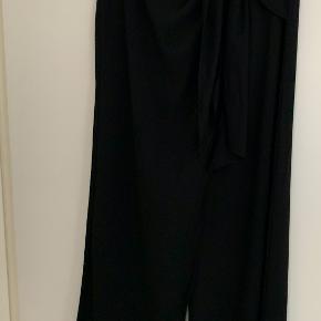 Flotte sorte Zara bukser med flot binde detalje ved hoften, brugt én gang.
