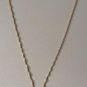 Smuk, skinnende, 18 karat snoet guldhalskæde, 55,5 cm lang. Bredde 2 mm. Stemplet 750. Kun brugt et par gange, da jeg har en anden i samme længde. Nypris var ca. 5800.