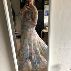 Smuk kjole i pastelfarver.  Hvid underkjole medfølger 🌸