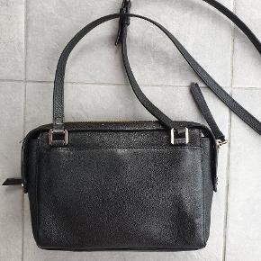 Den fineste taske. Lomme foran, stiklommer bagpå. Lomme indvendigt. 18x26x5 Justerbar skulderem.  Jeg bytter ikke.