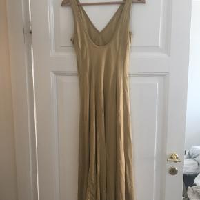 Guld kjole med dyb ryg