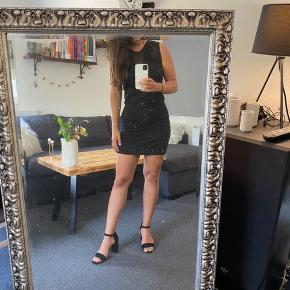 Dejlig stretchy kjole, str l men fitter også en str m ✨