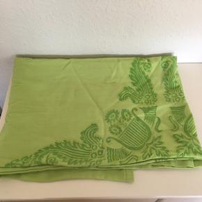 Retro dug , grøn med stoftryk Flere steder. Fin stand, bomuld, 140 x 192  Sender gerne