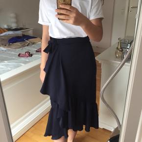 Ubrugt Zara nederdel - stadig med mærke i satin mørkeblå. Str SNp: 299kr