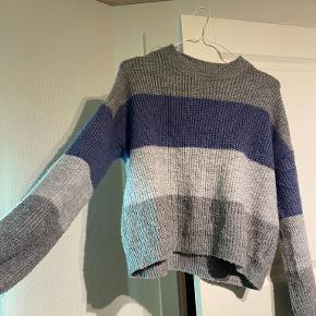 Jeg sælger denne sweatershirt, da jeg simpelthen ikke får den brugt. Den er i en størrelse L fra Na-kd. Den er rigtig comfy, og vil passe til både en størrelse S, M og L, afhængigt af den ønskede pasform. Jeg er selv en M, og den passer rigtig godt  Sælges billigt, og kan enten sendes eller hentes i Odense omegn