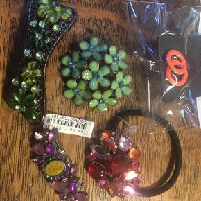 Pilgrim, forskellige smykker - aldrig brugt: 1. ørestikkere i orange emalje 2. broche med grønne blomster 3. hårelastik med rødlige sten 4. hårspænde med grønne emaljeblomster 5. broche med lilla sten og engel i midten Samlet pris 100kr Porto 40kr