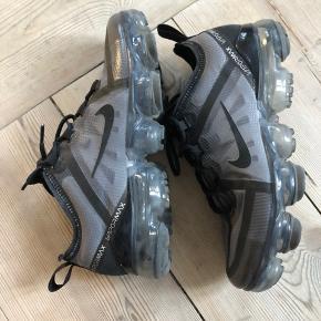 Nike vapormax.  OBS: oprindeligt Str 38 men er købt som 'junior modellen' derfor skriver jeg 37, da jeg altid passer 38 normalt  Derfor er de kun brugt 3 gange!