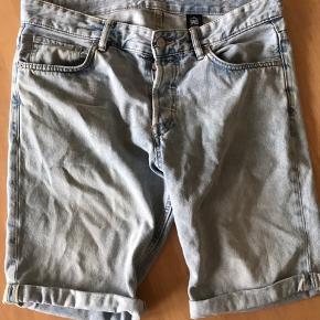 Lyse denim shorts med lille opsmøg. Slim fit Low waist str 32