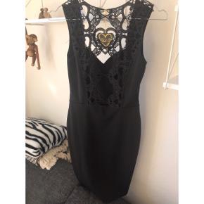 Sort kjole med flot ryg str xs  Afhentes i Glostrup eller sendes (40kr) 📦 Se flere ting på min profil - følg gerne 🌼🐝