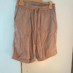 Varetype: Shorts Størrelse: 34 Farve: Rosa Prisen angivet er inklusiv forsendelse.