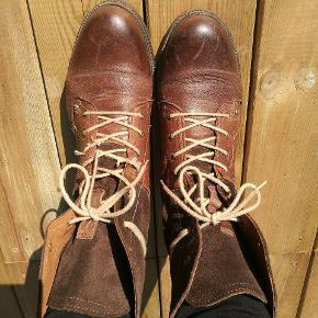 Fede støvler i læder fra napapijri. De skal måske have nye snørrebånd snart. Fejler ellers intet.