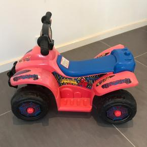 Batteridrevet spiderman ATV til små børn. Kabel til opladning følger med. Har brugsspor men kører fint.