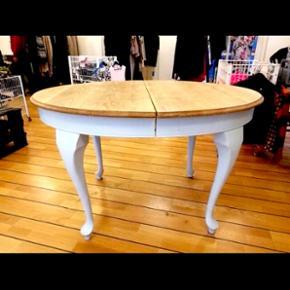 Virkelig lækkert og elegant ovalt bord med udtræk ( 1 plade) Benene er sidenhen blevet malet hvide.  Mp: 600