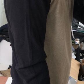 En lækker bomuldsstrik med sweat på forstykket og perledtrik på bagstykket samt ærmerne. Utrolig blød og behagelig. OBS! Ønskes handlen gennemført via TS afholder køber gebyret.