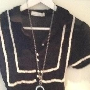Varetype: Kjole Størrelse: Medium Farve: Sort og råhvid Prisen angivet er inklusiv forsendelse.  Denne kjole er rigtig flot på. Der er en lille bindebånd bagpå. har brugt den 2 gange med sorte lange støvler og det fik komplimenter.... Der medfølger en sort underkjole som er brugt lidt flere gange under er par andre kjoler.
