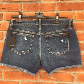 Lækre ripped denim shorts, der endnu ikke er blevet brugt🌸   Størrelsen er en 29, der dækker L/XL, og der er tilmed godt med stræk i stoffet😊   Se gerne mine andre annoncer - ved køb af mere, finder vi en bedre pris😊
