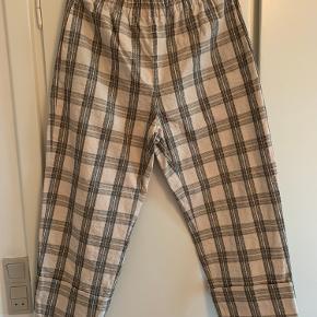 Bukserne er vasket med aldrig brugt. De er lyse med sort