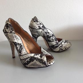 Mærke: Friis&Company Størrekse: 38 Farve: krokodille Materiale: læder Skoen: stilet Stand: aldrig brugt  Sælges 175 kr