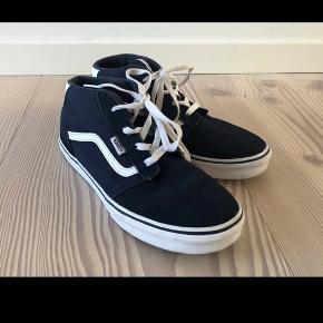 Flotte mørkeblå Vans sko;) -brugt sparsomt et par gange -minimalt slid. Str 38.5 -sålen måler 24.5 cm  Kommer fra røg og dyre frit hjem.