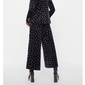 Fineste culotte bukser i velour. Har høj talje og løstsiddende ben.  Er lidt små i størrelsen og derfor vil jeg sige en LILLE M.  ALDRIG BRUGT! MÆRKE SIDDER STADIG PÅ. Nypris: 649kr.