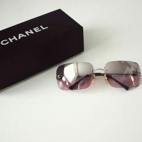 Chanel pink gradient rimless solbriller 4017-D Brugt med lidt lette overflade ridser (se billeder) Kan hentes i Nordhavnen lige overfor Nordhavn st  Nypris: 1200kr Mindste pris: 600kr  BYD 💕🙃💕🙃🙏😻😻