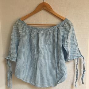 Lyseblå/hvid stribet bluse fra ukendt mærke. Str M, men passer fint S også. Købt på loppemarked