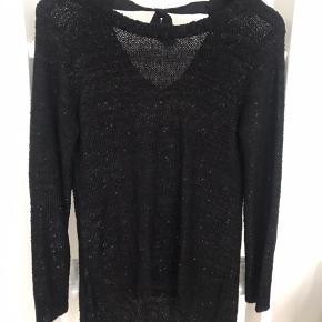 Zara knit med hul på ryggen og en sløjfe  Sort med palietter som fremstår glimmer agtigt