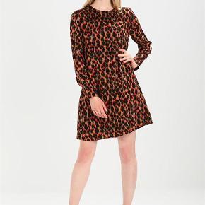 Varetype: Kjole Farve: Leopard Oprindelig købspris: 900 kr.  Super flot Samsøe Samsøe kjole i Leopard.   Aldrig brugt  100% Viscose