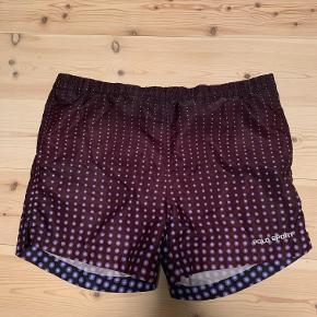 Et par vintage shorts fra Polo Sport Ralph Lauren  Str. M, men vil mene de passer bedre str. L i livet  Samme type materiale som et par Badeshort.