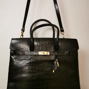 Unic and elegant purse with golden elements. Size 35x30cm