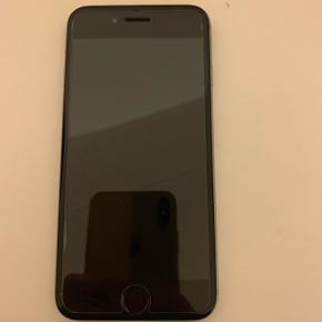 IPhone 6s i farven space grey, 64gb i rigtig god stand. Hjemmeknappen på telefonen virker ikke. Men der kan indstilles en funktion inde i telefonen som kan erstatte knappen. Derudover virker alt ved den fra batteri, lyd, kamera, touch mm. Der er panserglas på, og foran fra ser den helt ny ud uden ridser eller noget da der altid har været panserglas på. Bagfra er den meget ridset som man kan se på billedet, men med et cover vil den se helt ny ud.