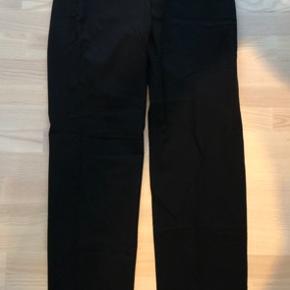 Bukserne er fra livvidde og ned 112 cm og 42 cm i livvidde