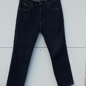 Wrangler Jeans Str. 34 (svarer til L) Model: Arizona  Stand: Brugt 1 gang - flot stand  Farve: Mørkeblå  Liv: 2x45   Liv-Skridt længde: 28 cm Hel længde: 100 cm Indv. benlængde : 76 cm Ankel-vidde: 2x20 cm  Pris: 150,- plus porto (nypris: 550,-) Fast pris  Sender med DAO :-)  Flere billeder haves IKKE