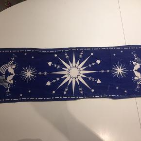Ret gammel og meget charmerende juledug. Bærer præg efter brug (se foto 2). Måler ca. 28 x 85 cm. Kan hentes i Rødovre eller sendes med DAO.