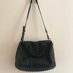 Alexander Wang Crossbody rocco pebbled læder taske. Lidt slitage på kanterne samt spænderne ved lynlåsen. Original dustbag medfølger. Mål: 28 x 32 x 11 cm