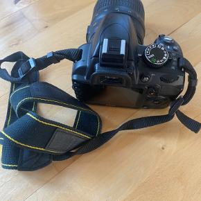 Lækkert Nikon spejlreflekskamera med 18-55 mm linse sælges. Det er købt i 2011 og brugt i en enkelt sæson – det fremstår derfor i perfekt stand.  Der medfølger taske, manualer, 8 gb hukommelseskort, batteri og lader. Se mere: https://www.nikon.dk/da_DK/product/discontinued/digital-cameras/2015/d3100 Kan kun afhentes i København NV
