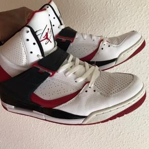 Sælger disse Nike Jordan flight 45. Den eneste skade der er, er også vist på 3 billede. 👍 Vildt behagelige at gå i.😁
