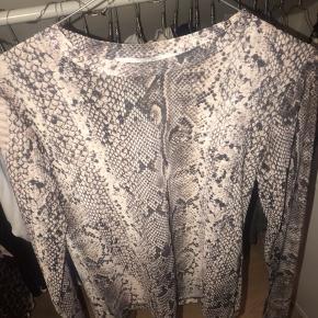 Mega fed mesh trøje i slange print:)