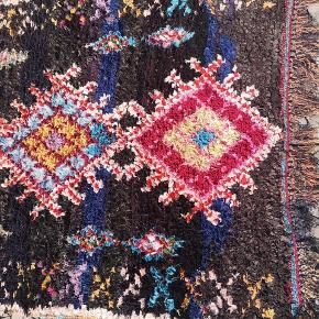 Måler 165 x 105 cm NY Håndlavet Marokkansk tæppe Bomulds tæppe, Marokkansk tæppe,  boucherouite tæppe, Kan vaskes i vaske maskine.   De venligst mine andre annoncer  Levering eller forsendelse gratis. 14 dage bytte garanti  Måler 220 x 95 cm