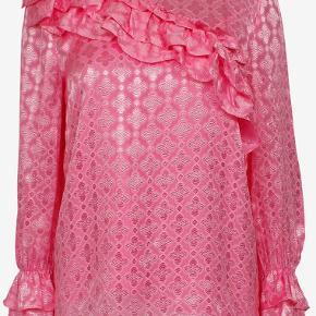 Denne smukke silkesag søger en ny ejer, da dens nuværende desværre ikke bruger den.   Super lækker kvalitet med en tilhørende undertrøje til (i samme pink farve). Brugt 2 gange.   Nypris: 2000